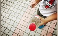 用石头和塑料瓶来玩保龄球游戏